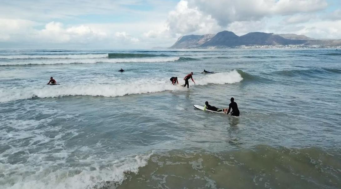 Shuan surfeando con los niños durante una clase.